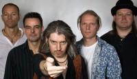 """Sie gehören zu den gefragtesten Led-Zeppelin-Tribute-Acts der Republik. Schon seit dem Jahr 2000 schaffen sie es spielend, den kraftvollen Sound und die bombastischen Live-Shows ihrer Idole auf die deutschen Bühnen zu bringen. Wer unvergängliche Song-Perlen wie """"Stairway to heaven"""" oder """"Kashmir"""" einmal detailgetreu live erleben will, muss MAD ZEPELLIN erleben."""