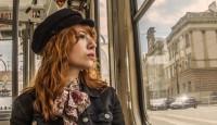 """Die Singer-/Songwriterin Suzan Köcher braucht nicht mehr als eine Gitarre und ihre sanfte Stimme, um ihre Zuhörer zu verzaubern. Schon ihr ganzes Leben lang spielt Musik die Hauptrolle im Leben der Solingerin. Und das zahlt sich aus: beim popNRW-Preis, wurde Köcher in der Kategorie """"Newcomer"""" prompt Zweite."""