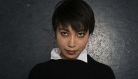 """LE-THAN HO ist eine hochtalentierte deutsche Musikern und Schauspielerin mit vietnamesischen Wurzeln, die eingängigen Pop-Gesang ebenso beherrscht wie anspruchsvollen Jazz und klassischen Chanson. Und Leinwanderfahrung hat das Multitalent auch: zu sehen war die junge Frau bereits in Krimis wie SOKO Wismar und dem Tatort. Mit nach Mainz bringt sie ihr neues Album """"Staub""""."""