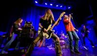 """Und noch eine Band, die die Musik ihrer Idole täuschend echt präsentiert: PURPLE RISING, eine der bekanntesten Deep-Purple-Coverbands. Das Besondere: Die fünf Jungs spielen auf Originalinstrumenten der 70er-Jahre (inkl. Hammond-Orgel) und heizen dir damit ebenso energiegeladen ein wie das Hardrock-Originale aus England. Erlebe das berühmte Gitarren-Riff von """"Smoke on the water"""" und unzerstörbare Rock-Meilensteine wie """"Black Night"""" oder """"Burn""""."""